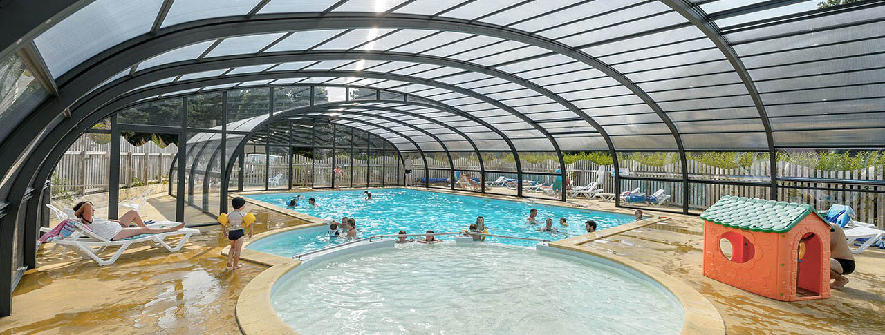 camping-kergariou-piscine-couverte-pataugeoire.jpg