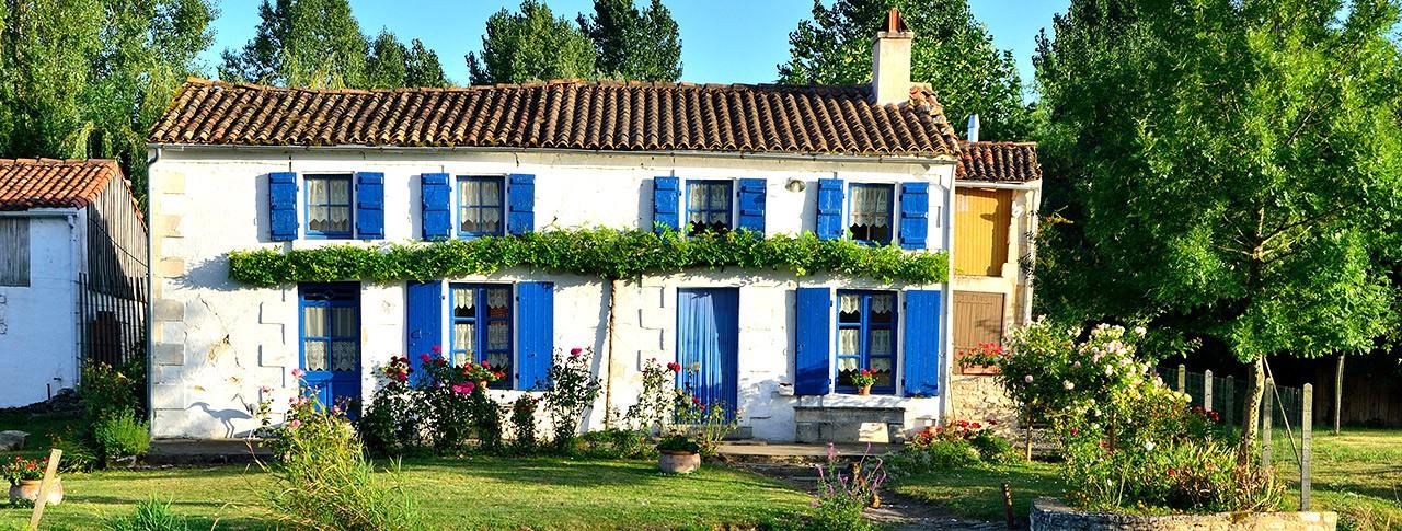 camping-la-venise-verte-maison-volets-bleus.jpg