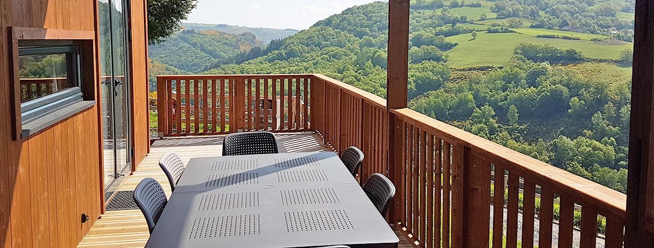 Camping Le Belvédère chalets avec vue dans le Cantal