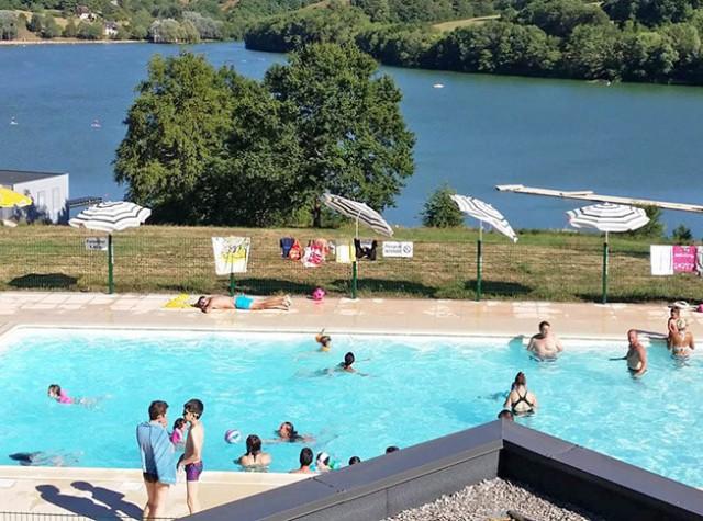 camping Le Lac du Causse piscine extérieur et lac-3