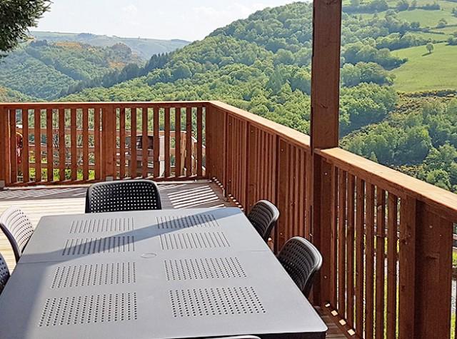 Camping Le Belvédère chalets avec vue dans le Cantal-2